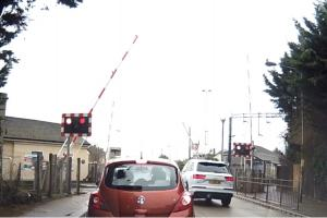 Video: Man ignores warning lights and barriers at level crossing
