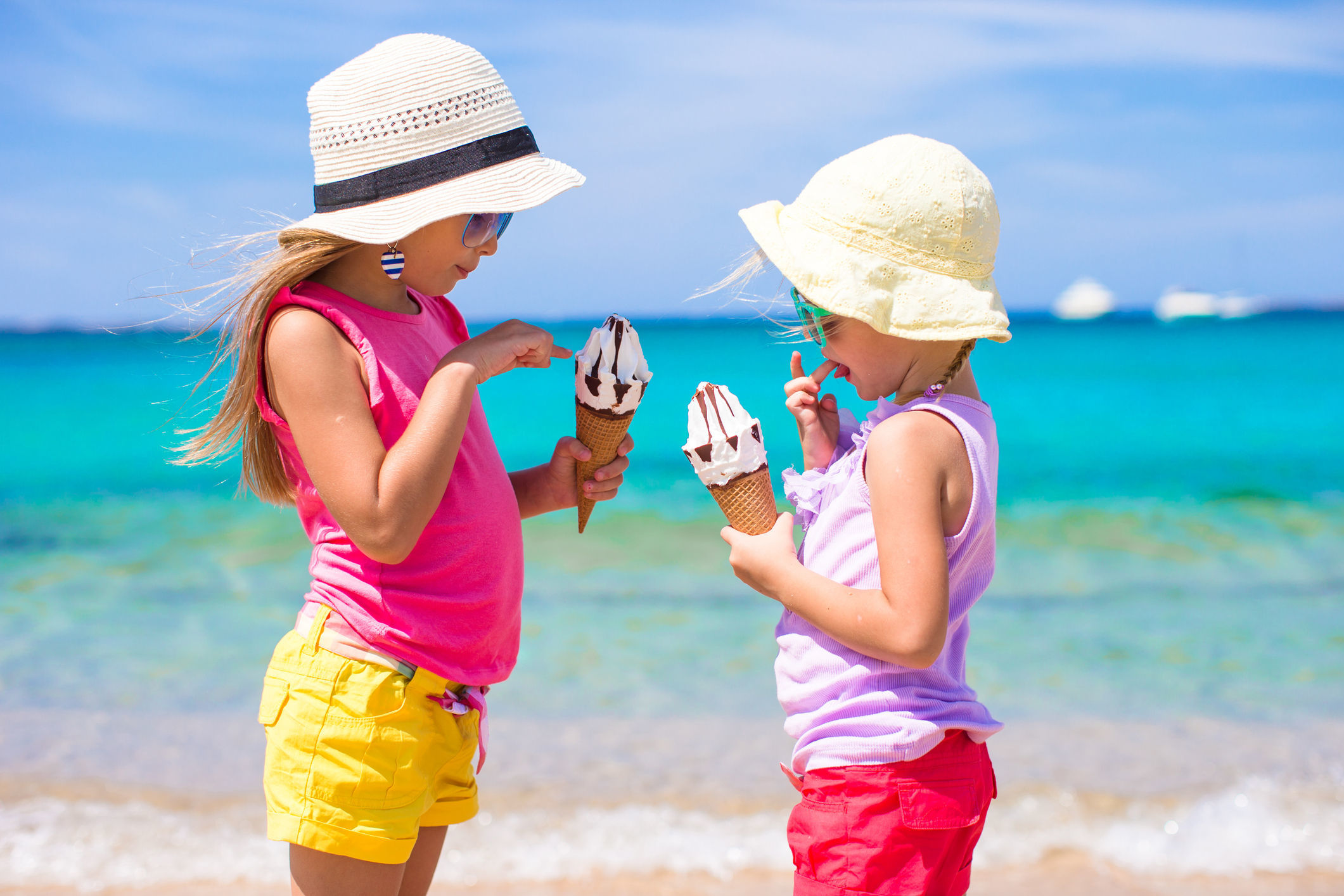 Happy little girls eating ice-cream over summer beach background. People, children, friends and friendship concept (Happy little girls eating ice-cream over summer beach background. People, children, friends and friendship concept, Byte, 230 component